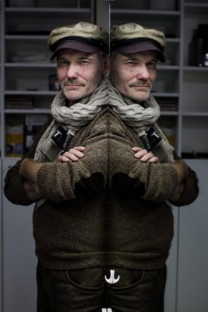 Peter Carlsson har många olika sidor - föreställningarna med Blå grodorna brukar bestå av såväl humor och skrönor som visor och rock. Den nya showen