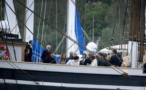 Kungafamiljen och gästerna samlades på Gerda klockan sju i går kväll. En fyratimmars seglats med middag ombord väntade.