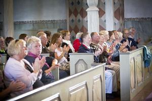 Publiken applåderade och gungade försiktigt med i kyrkbänkarna.