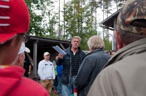 Till sin hjälp för att synas och höras hade auktionsförrättare Forsberg från Öviks Auktionsverk en drickaback och en träklubba.