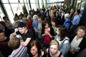 Folktätt. Det var mycket folk som hade sökt sig till Hagagymnasiet i går.