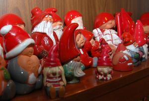 Tomtarna från Nittsjö keramik samsas på en särskild hylla i bokhyllan.