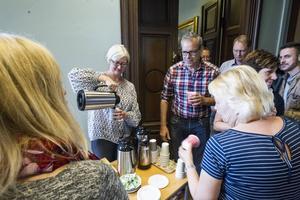 Projektledare Eva Widergren serverar kaffe till pensionärer, politiker, fastighetsägare och andra inbjudna under seminariet.