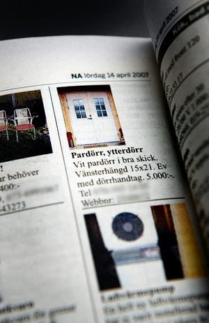 Tjänstemannen tog dörrar och fönster från ett hus som kommunen köpt. Sedan sålde han dem privat.