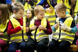 Nils, Theo och   Gustav fick var   sin reflexväst