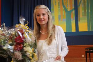Emelie Aldenfalk var en av dem som fick 5000 kronor och dessutom diplom och blommor.