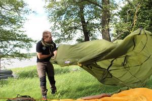 Tältet. Björnöns kastvindar är inte heller att leka med. Johan Wadsten tester tältet som han ska campa med på Grönland. Bestämmer sigför att byta ut det.