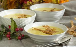 Palsternackssoppa med smak av citron och kardemumma. Toppa med friterade strimlor av palsternacka.
