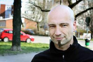 Peter Folkesson arbetar på en trafikskola i Örebro. Hans budskap till mc-förare är att man aldrig ska lita på sina medtrafikanter - speciellt inte på våren.
