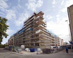 De boende i bostadsrättsföreningen har nu fått en ny granne i det bostadshus som HSB bygger på CH-tomten. Huset ska stå helt klart i höst.