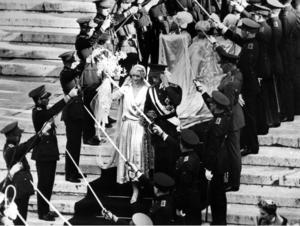 Kungabröllop. Prinsessan Astrid av Sverige gifte sig med prins Leopold av Belgien i Bryssel. Brudparet skrider fram under lyfta sablar/värjor.