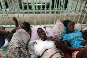 Situationen för väntande patienter är ofta svår. Som här, utanför Centre Hospitalier De La Renaissance i huvudstaden Port-au-Prince.