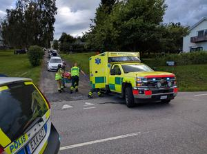 En person fördes bort i ambulans.