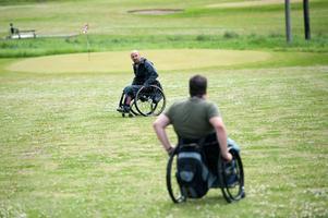 Banan är inte lika kuperad som vanliga golfbanor, vilket ska underlätta, såväl för funktionshindrade som för nybörjare. På bilden Fredrik Lindström, som varit med i arbetsgruppen som jobbat med banan.