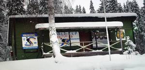 Hammarstrands Rodelklubbs stolta klubbhus ett stycke upp vid sidan av banan.