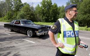 """Kontroller. Det är fullt upp med kontroller för polisen som står utplacerad vid vägen till Johannisberg. """"Hittills har det varit lugnt och inte så mycket rattfylla. Men en rattfull person är en för mycket"""", säger Göran Bäckman, trafikpolis."""