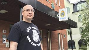 Ivan Midjich är med i We Are Dalarna och har varit och rivit ner klistermärken den senaste veckan.