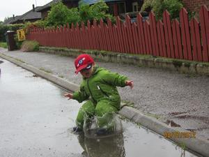 Allt är inte tråkigt bara för att det regnar. Får Simon sedan låna farfars volvokeps är lyckan total.