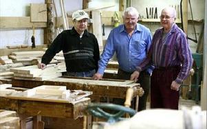 Roland Jansson, Janne Kvarnström och Bernt Påls delar intresse för snickeri. På dagarna träffas de och arbetar med sina projekt sida vid sida.FOTO: JOHNNY FREDBORG