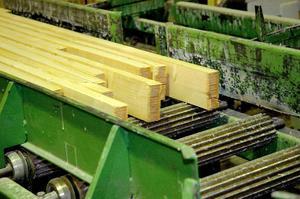 Fingerskarvar. Genom att bräderna fogas samman med så kallade fingerskarvar kan man göra mycket långa träkonstruktioner. Foto:StaffanWesterlund