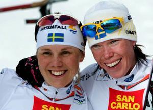 Anna  Olsson och Lina And-ersson var mycket glada efter sitt silver.