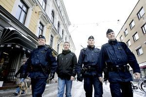 Belönar och bestraffar. Citygruppen består just nu av tre poliser: Peter Wengrud, Nils Andersson och Tony Persson, här tillsammans Thed Stjerneklev från BIG.