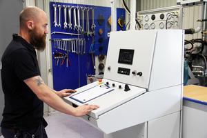Reparatör Pierre Ottosson visar företagets senaste provbänk, en investering på totalt två miljoner. Det är här de reparerade hydraulpumparna testas.