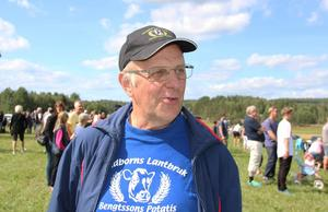 Anders Bengtsson är nöjd över att flera hundra personer från byarna runt Karlsbyheden har hittat till åkern för att träffas och titta på traktorer.