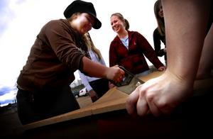 Ungdomarna i Falu Ridklubb håller på att ställa ordning ett ungdomsrum. Här är det Klara Hedin som håller i sågen.