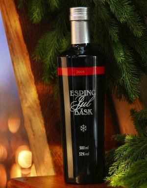 Vacker flaska. Patron Espings Jul Bäsk smakar mer Gammeldansk än traditionell snaps och klarar sig bra utan sill.