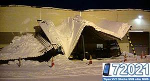 Natten mot torsdag rasade ett skärmtak utanför verkstaden Skultuna Flexible. Foto: Mats Granlund