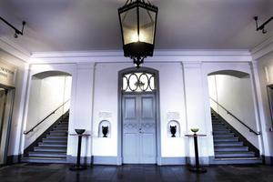 Rådhusets stora hall inger respekt. Vid båda sidorna om dörren in till den lilla hallen står fattigbössorna fortfarande kvar.