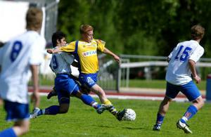 GIF:s duktige Per Andersson var ofta steget före på mittfältet. Här är det IFK:s Arash Salehi som hamnar på efterkälken.