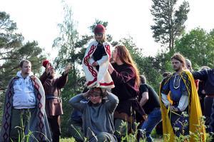 Regissören Åsa Berg håller i trådarna för genrepet och slutscenen tas om flera gånger för att den ska sitta perfekt.