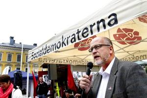 Socialdemokraternas Sven-Erik Österberg kämpar om Gävlebornas öron samtidigt som Sverigedemokraterna några meter bort.