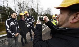 Jörgen Berglund passade på att föreviga kommunstyrelsens blivande ordförande Bodil Hansson, flankerad av GIF-spelarna Adam Chennoufi och Johan Eklund.