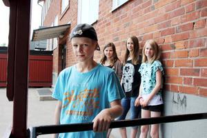 Bygget av Mariaskolans gympahall skjuts upp. Jonas Mällberg, Matilda Månsson, Linn Stenberg och Ella Stenberg är elever på skolan.