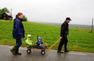 Just nu lever hela familjen Bixo-Halvarsson på lantbruket. Men i framtiden planerar de att dels bygga ut mjölkproduktionen, dels att maken Emil ska skaffa sig en sysselsättning på sidan om.