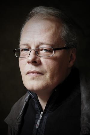 Litteraturkritikern Crister Enander har följt Lars Gustafssons författarskap under större delen av sitt liv. Nu har skrivit en bok om Västeråssonen.