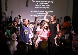 Att dansa till låten Gangnam style på scenen har varit en av favoritaktiviteterna och barnen bjöd föräldrar och andra besökare på en uppvisning.