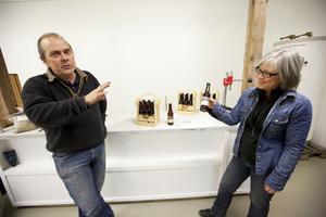 Eva och Lars Nordlund visar några av ölsorterna som ska bryggas i Jädraås Bryggeri.
