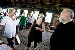 Inte så arga? Eija Vilppola och Marika Mulari pratar om att lösa upp ilska med healern Stefan Hedman.