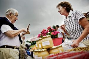 ett kulturarv. Britt-Marie Cederström från Lanna är tredje generationen torghandlare. Hon berättar att torghandlarnas eget förslag att flytta till nedre delen av Stortorget inte fick gehör hos kommunen. hans henningsson, Örebro, passar på att köpa honung.