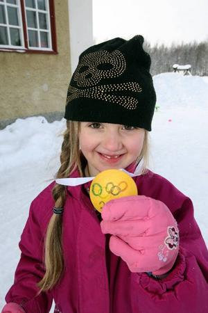 Märta Nilsson gläds över sin guldmedalj.