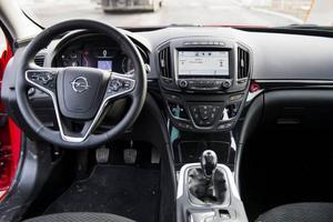 Bildtext 9: Förarplatsen i Opel Insignia påminner fortfarande om den i den svenska kusinen Saab 9-5. Fast mycket har förstås moderniserats sen introduktionen 2008.Foto: Pontus Lundahl/TT