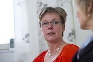 Lena Hurtig berättar att nyordningen görs för brukarnas skull och att det handlar om en kostnadseffektivisering.