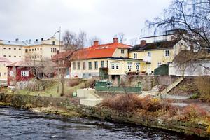 Flera Gävlebor har slagit larm om badtunnan vid Gavleån. Men kommunen har inte tid att utreda om det är ett svartbygge förrän nästa år.