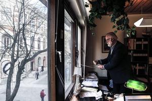 Lars Nordberg har sitt kontor med fönster mot Prästgatan, där han i snart två års tid har fått lyssna på ihärdig dragspelsmusik.
