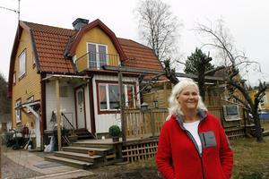 Lena Axelsson ångrar inte flytten till Hallstavik. Här bor hon nära skog och all service hon behöver finns inom gångavstånd. – Det är trevligt när folk känner igen varandra och hälsar på Ica, säger hon.