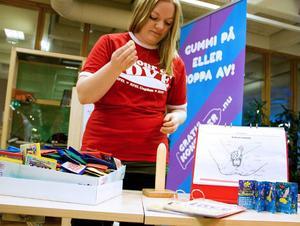 Jenny Svensson från Coluer of love visar hur en kondom ska sättas på.